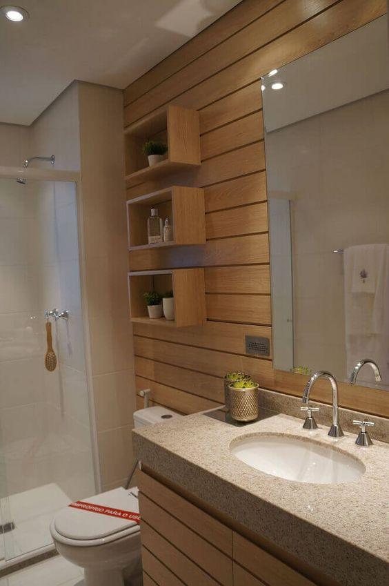 Banheiro com nicho decorativo e organizador em cima do vaso.