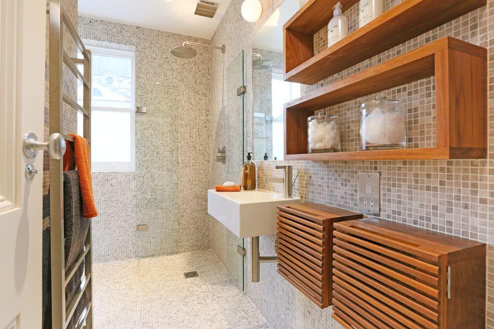 Banheiro com nicho de madeira decorado.