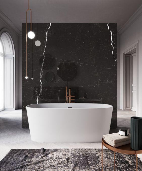 banheiro em mármore com banheira branca