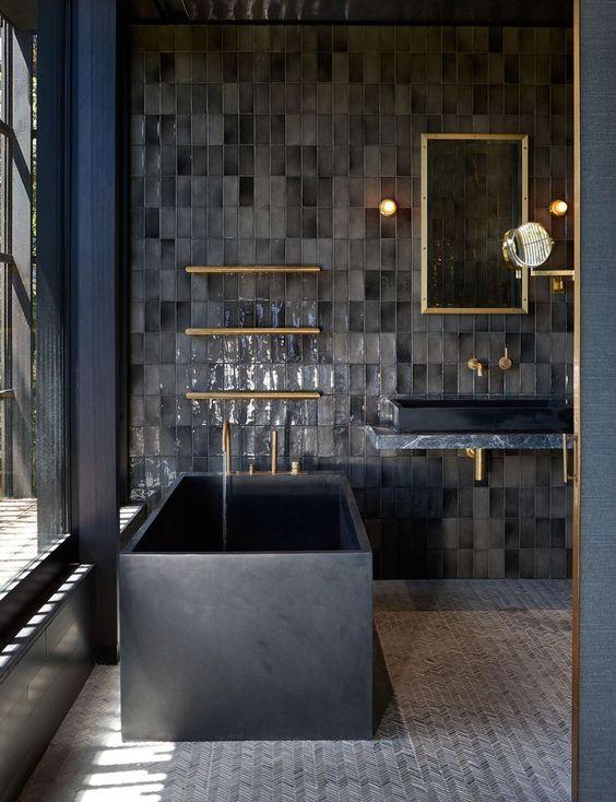 Banheiro masculino com banheira em azul e cinza, com detalhes em dourado