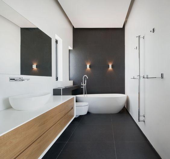 banheiro moderno com banheira branca em destaque