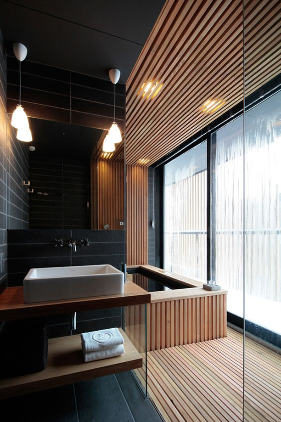 banheiro moderno com banheira revestida com madeira