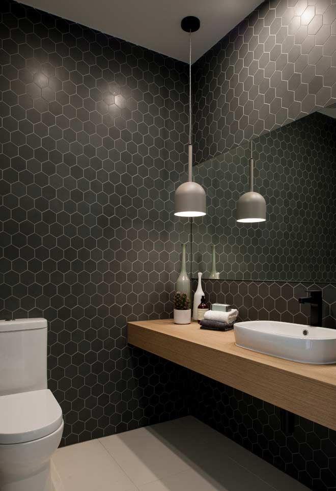 Banheiro com revestimento de ladrilhos hexagonais