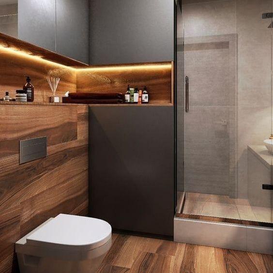 banheiro em madeira  com nicho iluminado