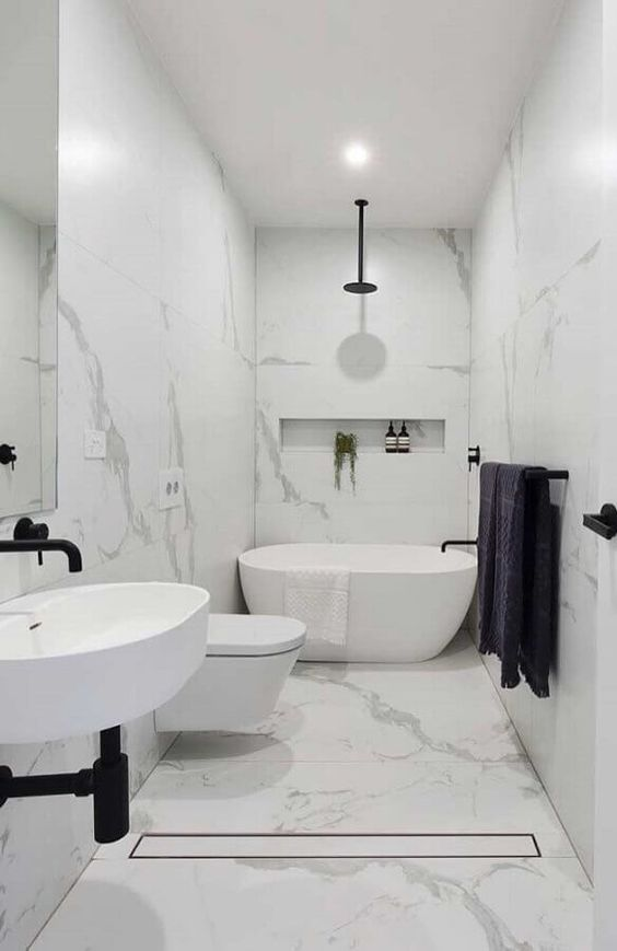 Banheiro revestido com mármore branco