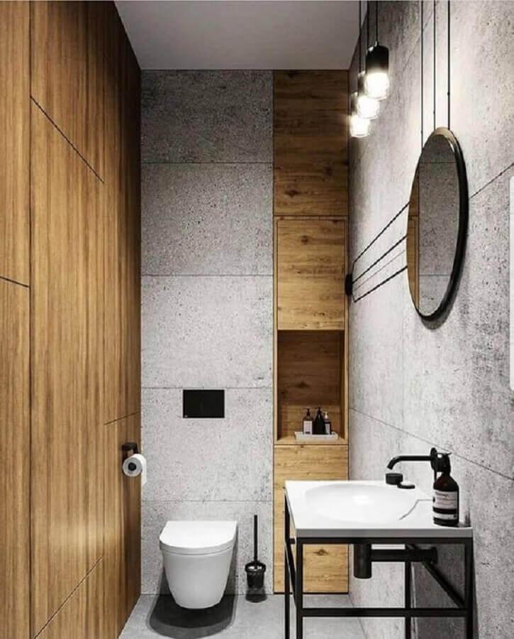 banheiro com painéis de madeira e revestimento de concreto