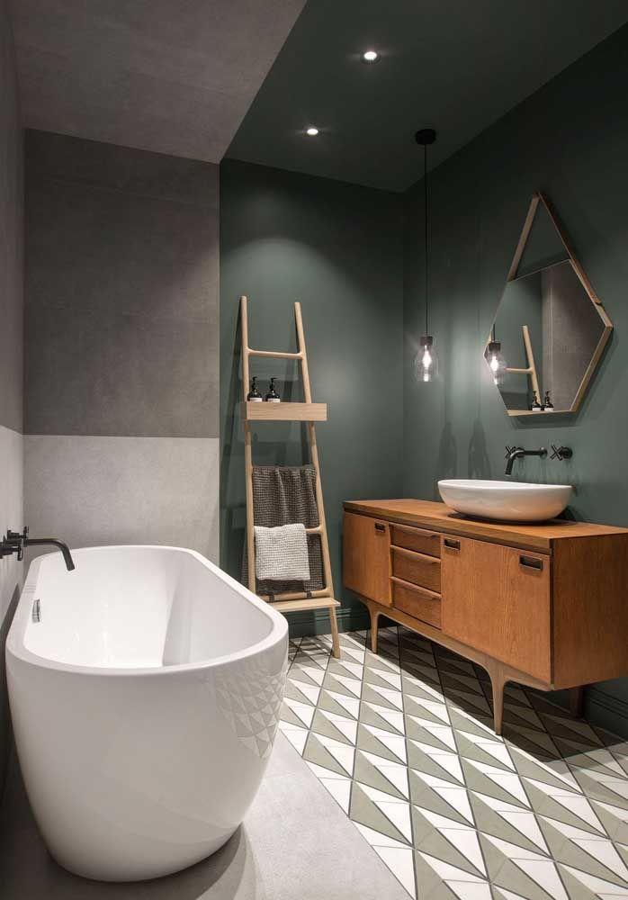 banheiro setorizado com diferentes cores e revestimentos.