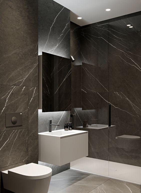 Banheiro revestido com mármore escuro