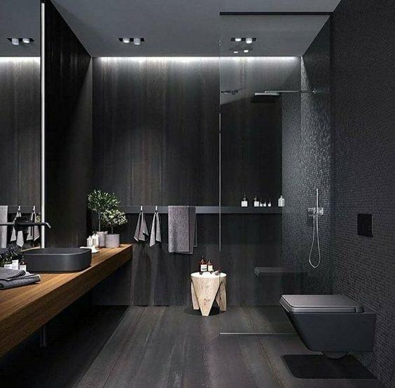 Banheiro moderno, com bancada suspensa longa de madeira