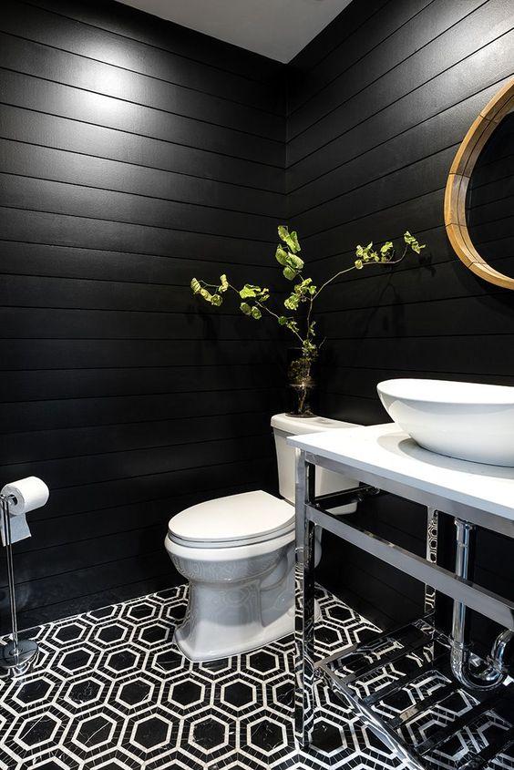 Banheiro com revestimento preto fosco