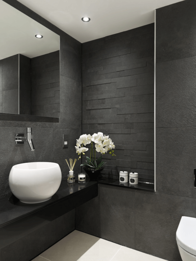Banheiro com diferentes texturas no seu revestimento