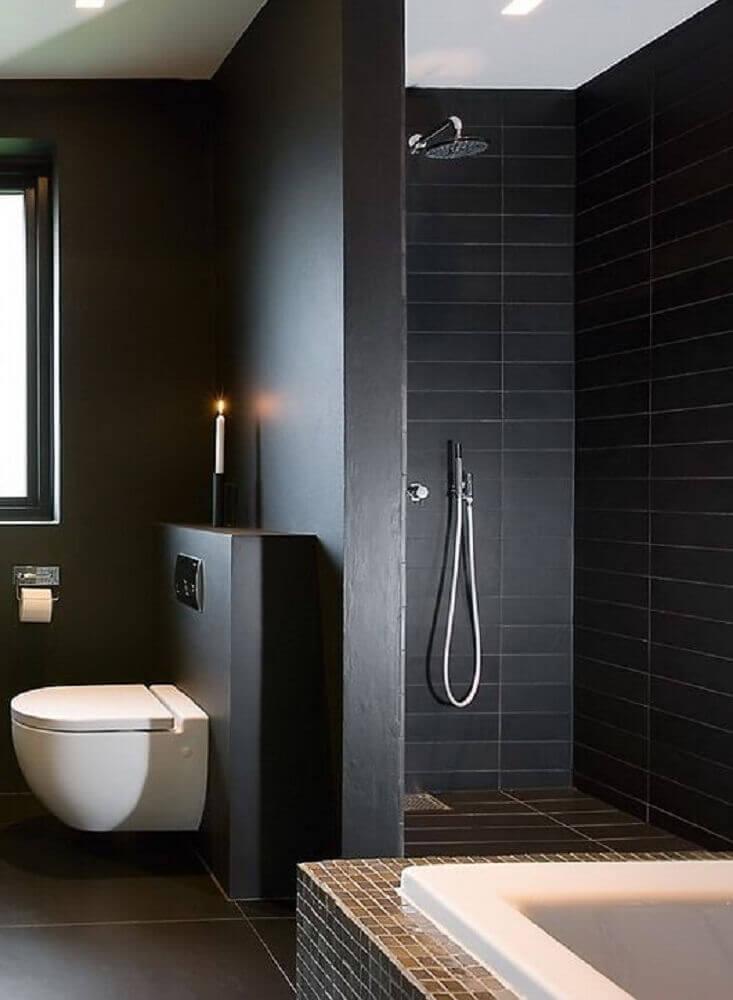 Banheiro preto com ambientes divididos
