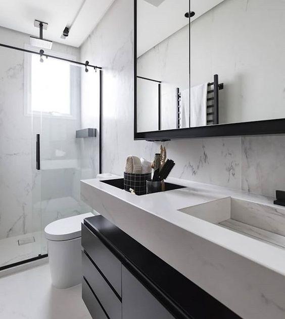 Pia branca com espaço rebaixado para guardar artigos de higiene.