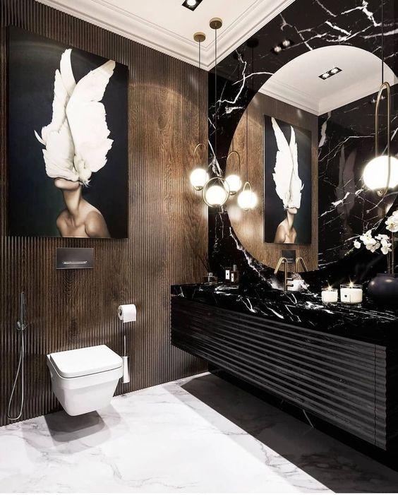 Banheiro grande com pedra mesclada em preto e branco na pia e na parede do espelho.