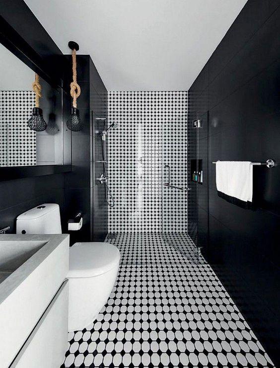 Banheiro com paredes laterais preta e parede central preta e branca.