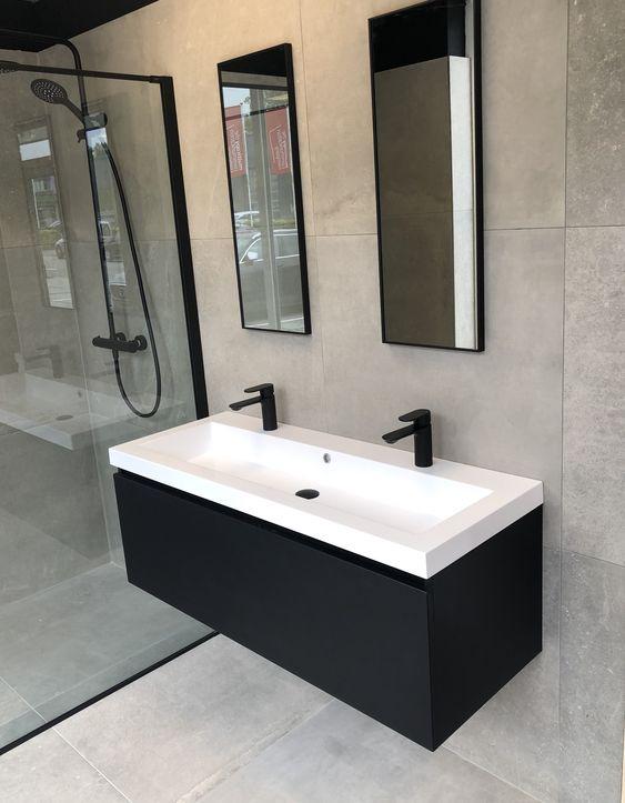 Banheiro minimalista com pia branca e preta.