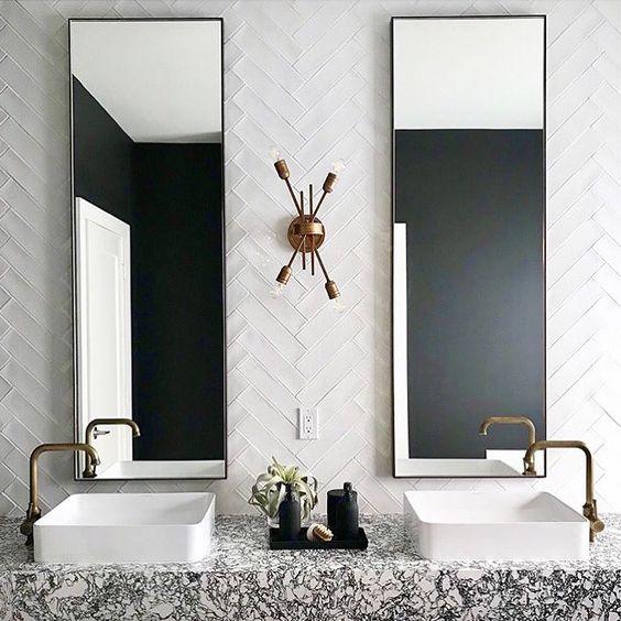 Banheiro com cuba em cima de pedra mesclada preta e branca.