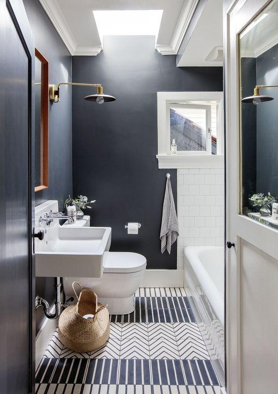 Banheiro com paredes pretas e chão desenhado.