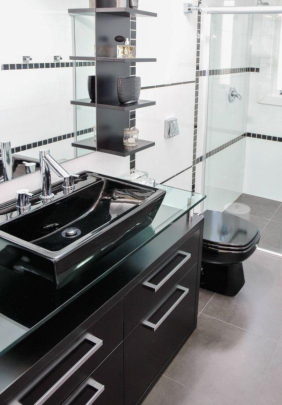 Banheiro com armário, prateleiras, pia e vaso pretos.