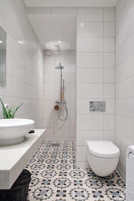 Banheiro com azulejo retrô no chão.