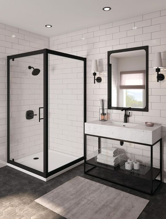 Banheiro branco e preto organizado e moderno.