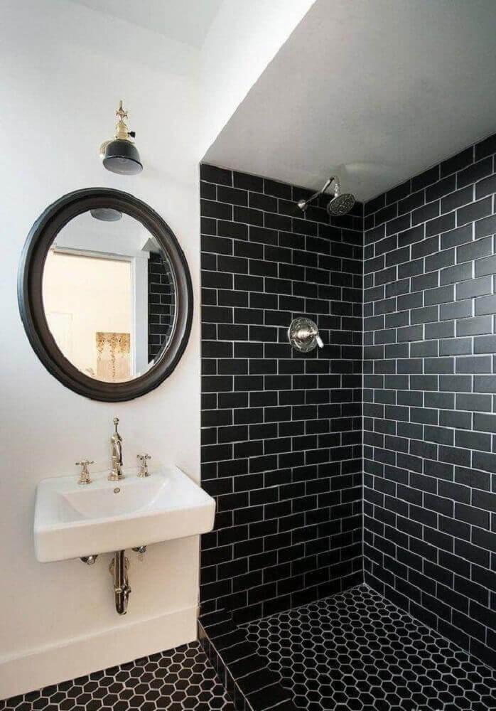 Banheiro com chão e paredes de dentro do box pretas.