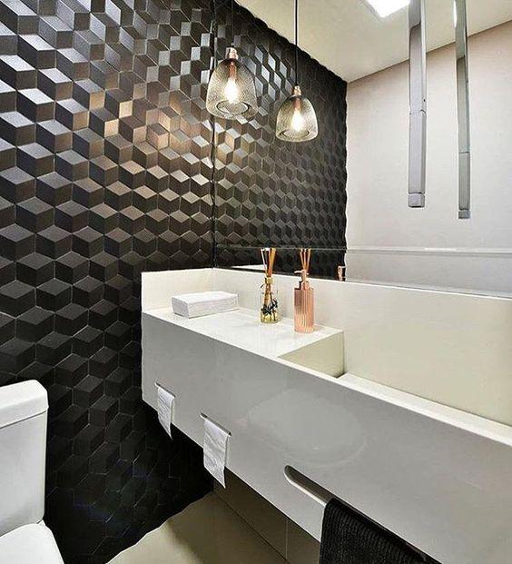 Banheiro decorado com parede preta com textura 3D.