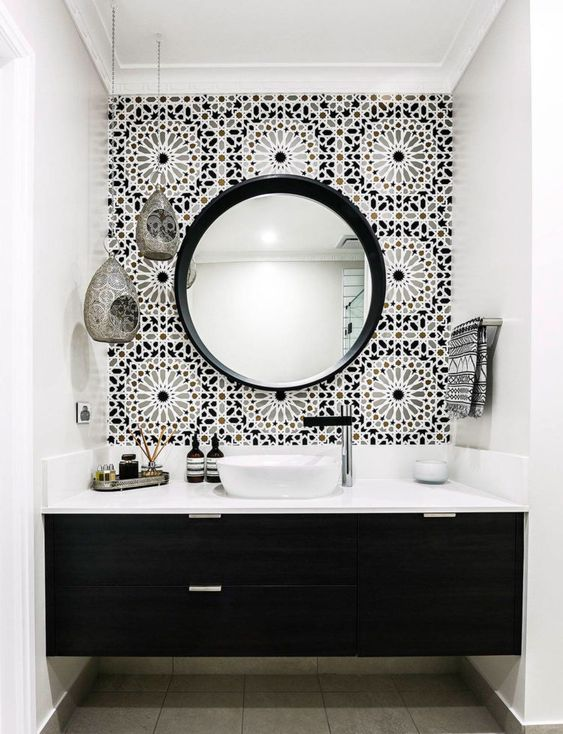 Parede principal decorada com azulejo floral em preto e branco.