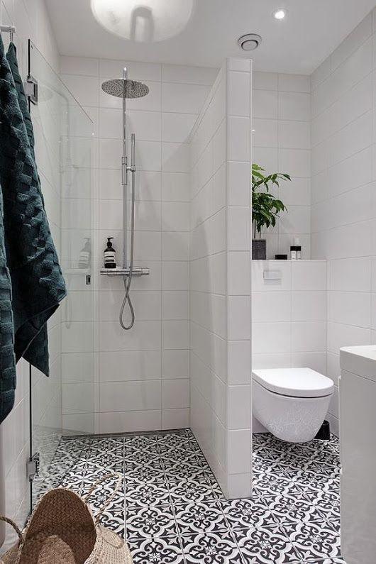 Banheiro com chão de azulejos retrô em preto e branco.