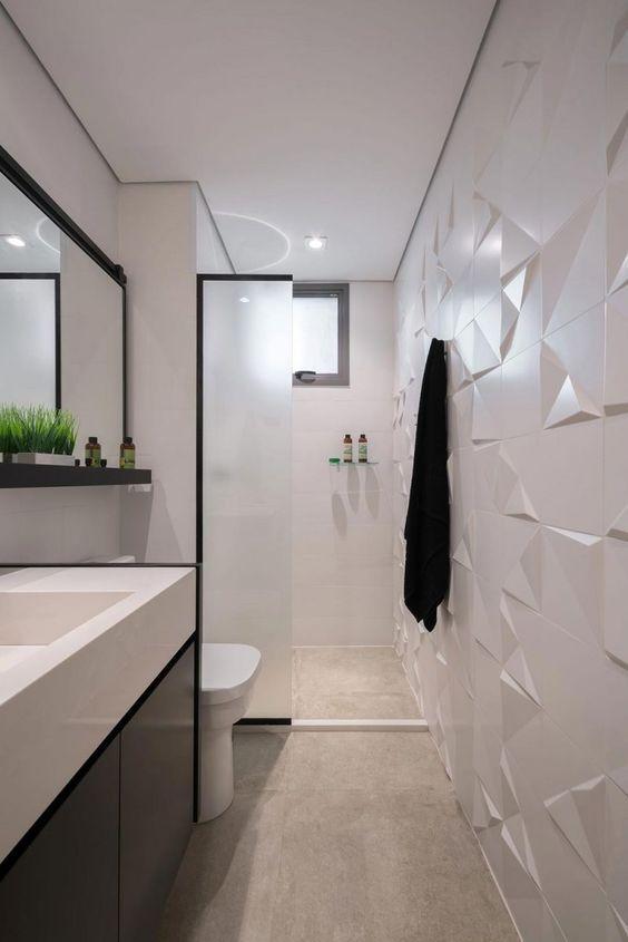 Banheiro branco com parede de textura e detalhes pretos.
