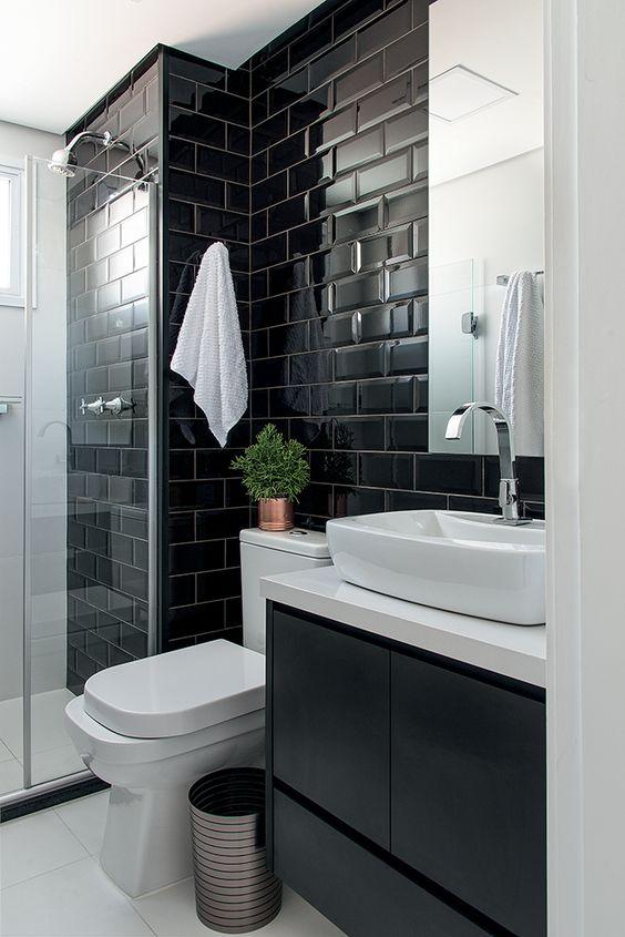 Banheiro com parede preta brilhante.