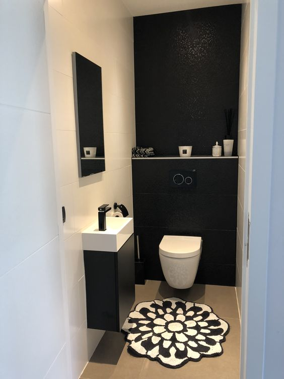 Banheiro simples e moderno com parede única preta.