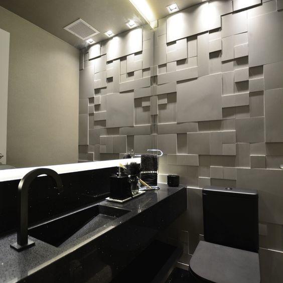 Banheiro com artigos pretos e parede branca de textura.