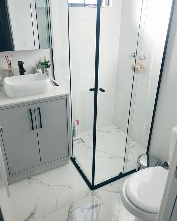banheiro pequeno em cores claras