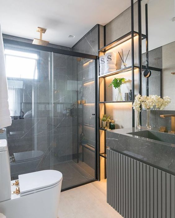 banheiro masculino com estante de metal