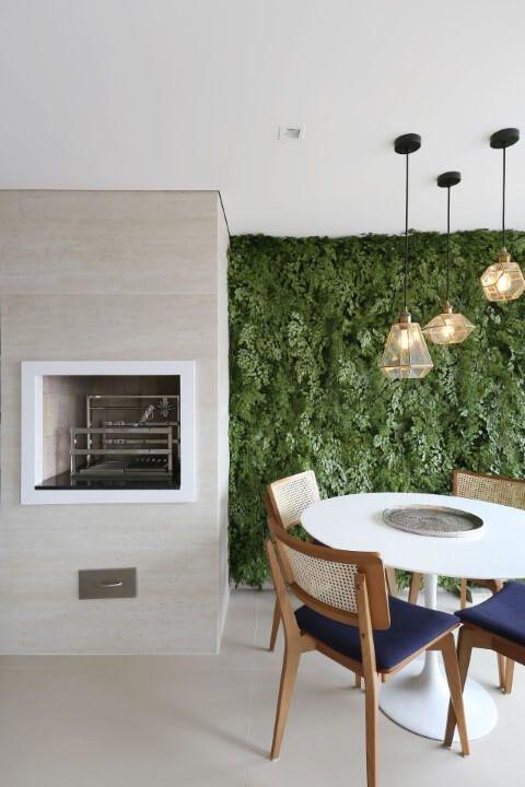 Churrasqueira com parede verde.