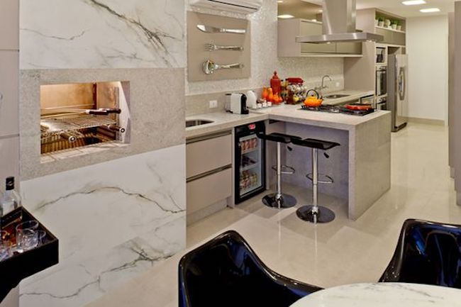Revestimento de mármore claro para churrasqueira.