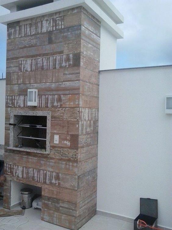 Churrasqueira revestida com madeira de demolição.