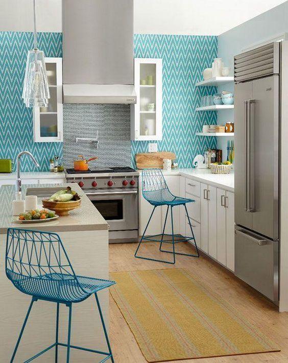 cozinha azul e armários brancos.