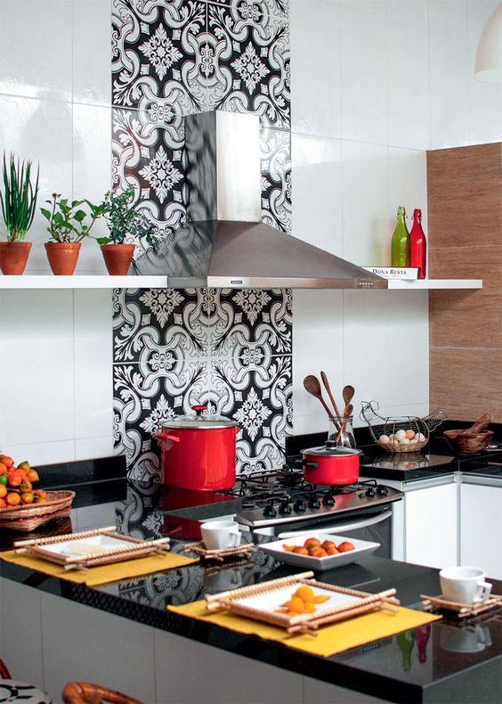 cozinha com painel de azulejos desenhados