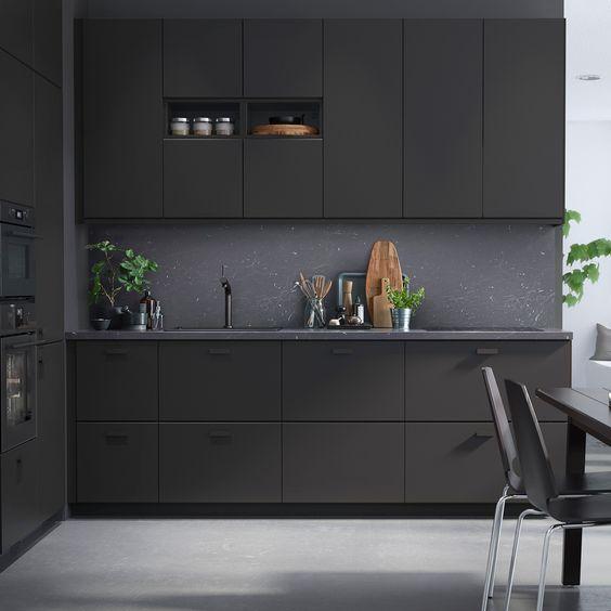 cozinha preta fosca com bancada em granito