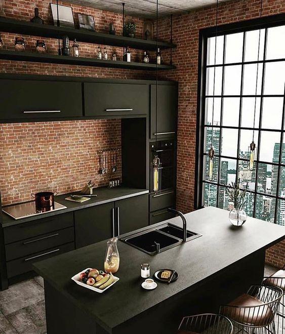 cozinha industrial preta com grande janela e tijolinho aparente