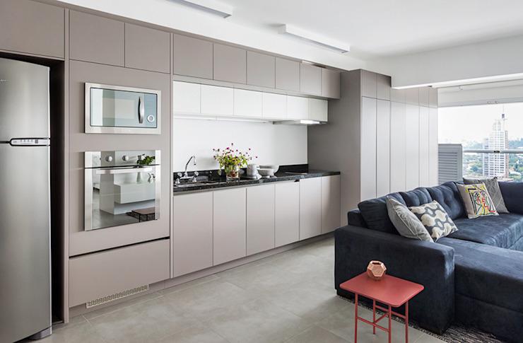 marcenaria cinza integrando varanda e cozinha