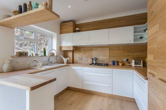 cozinha branca e madeira com armários planejados