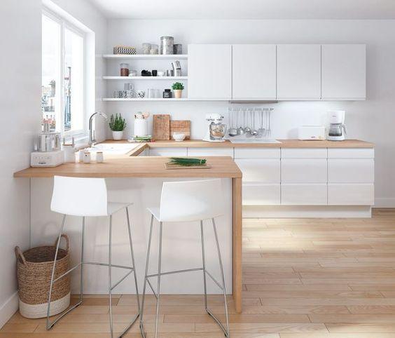 cozinha planejada branca com prateleiras e piso laminado.