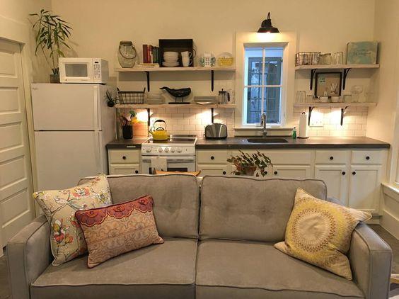 cozinha americana pequena com sofá cinza