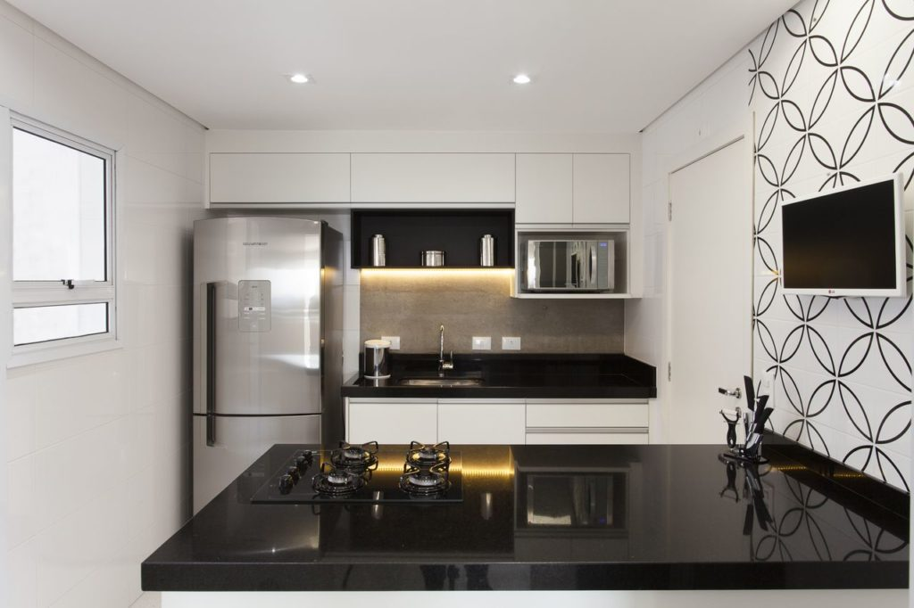 cozinha americana com TV na parede