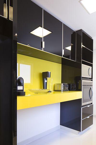 cozinha planejada em laca com bancada amarela