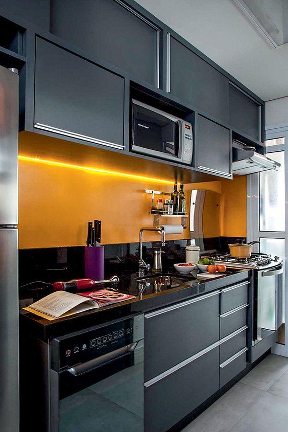 cozinha preta com parede amarela e iluminação embutida de led