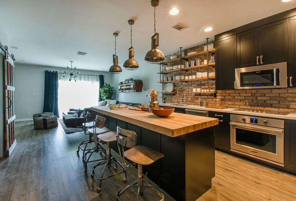 cozinha americana integrada a sala de estar com ilha central